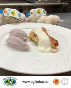 Petto di faraona massaggiato alla senape con crema di aglio e quenelle di patate viola